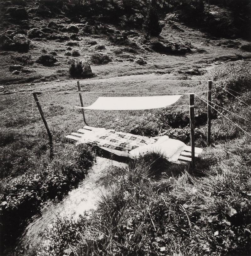 Disegno di un letto bello : non tutti hanno un letto profumato, 1976