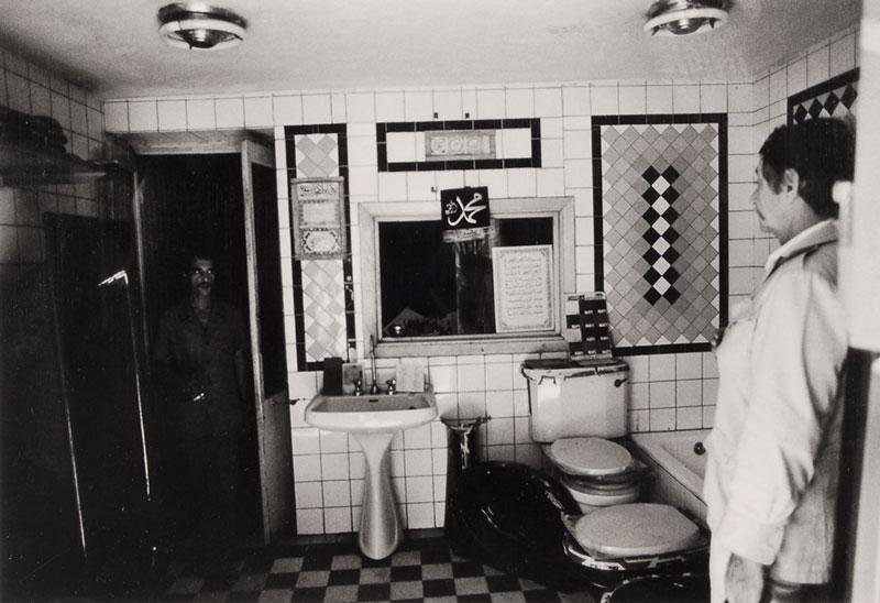 Il mio fidanzato sceglie le piastrelle del bagno, 1977
